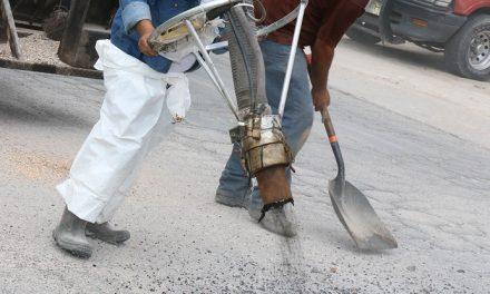 Inicia rehabilitación de baches en calles