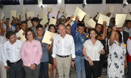 JMCL entrega certificados de estudios