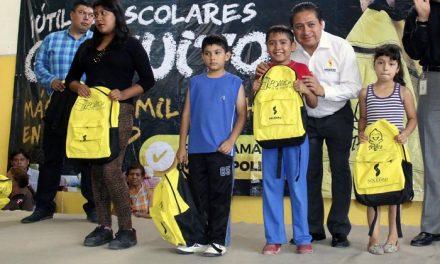 Gilberto Hernández entrega de 3 mil mochilas