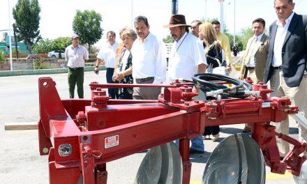 Entrega de maquinaria e implementos agrícolas