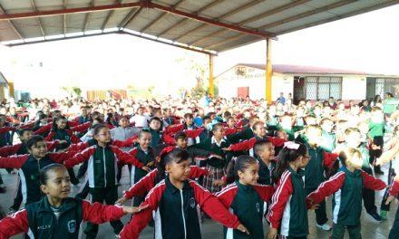 Alumnos de primaria en activación física