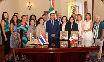 Llaves de la Ciudad a la Embajadora de Tailandia