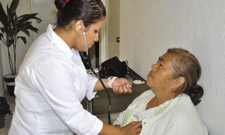 Personas reciben atención médica
