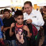 Entrega de mochilas con útiles escolares en Pavón