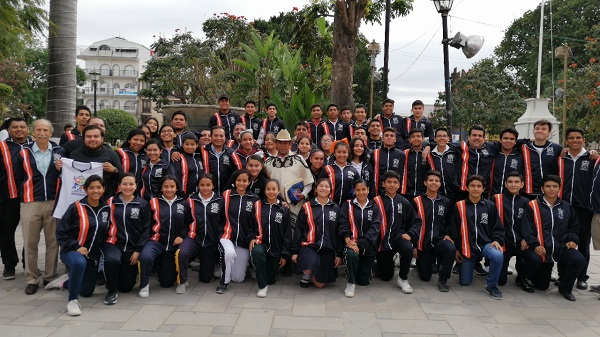 Entrega de uniformes a grupos de deportistas