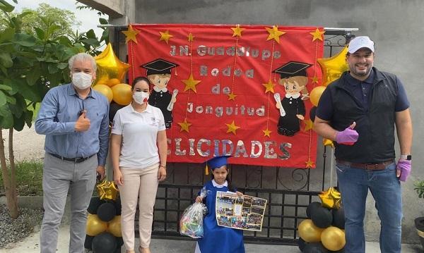 Por pandemia niños  se gradúan en casa